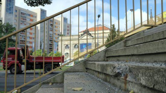 Wegen der bröckelnden Stufen war die Brücke gesperrt worden.