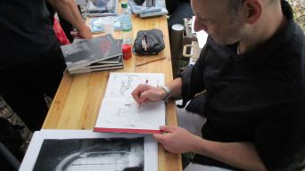 """David von Bassewitz beim Zeichnen. In seinem Comic """"Vasmers Bruder"""" geht's um Mord und Kannibalismus."""