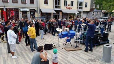 Flo Dauner und Roland Peil spielten am Sonntagnachmittag vor der Scheune
