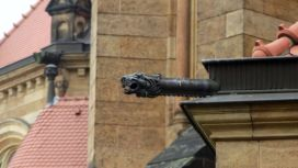 Die verschnörkelte Kirche wartet auch mit Überraschungen auf, wie diesem Drachen an der Ost-Seite.