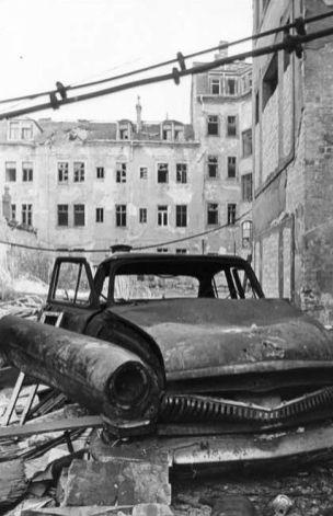 Hinterhof an der Görlitzer mit Wolga.