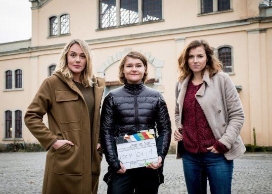 """Drehstart für MDR-Tatort """"Auge um Auge"""" (AT) mit den Schauspielerinnen Alwara Höfels (li.) und Karin Hanczewski (re.) sowie Regisseurin Franziska Meletzky (Mitte). Foto: MDR, Wiedemann & Berg, G. Muehle"""