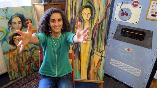 Voller Lebensfreude - die Künstlerin Nazanin Zandi
