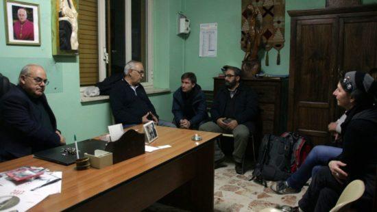 Padre Carlo (2.v.l.) im Gespräch mit den Dresdner vom Support Convoy.