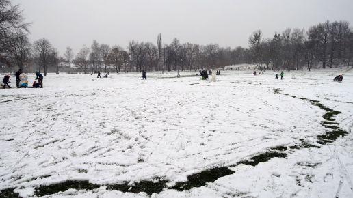 Alaunplatz in grau, der Schnee deckt den Silvestermüll nur halbwegs ab.