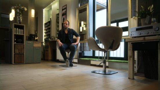 Zwei Stühle und ein Friseur.