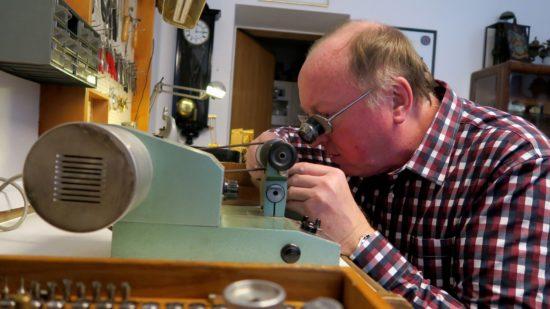 Uhrmachermeister Frank Feldmann an einer Schleifmaschine aus DDR-Zeiten.