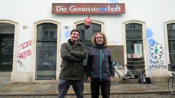 Benjamin Kümming und Felix Göhler vor der Genossenschaftszentrale auf der Prießnitzstraße