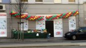 Anlässlich der Eröffnung wurde der Supermarkt mit Luftballons geschmückt.