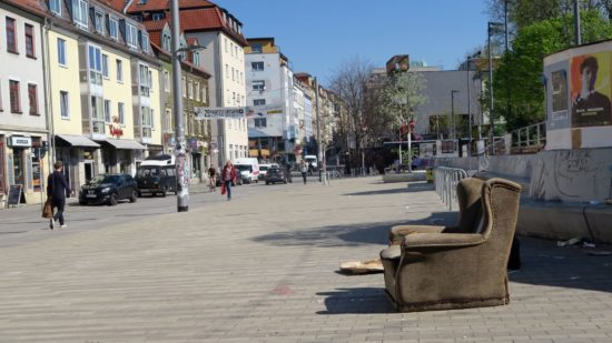 Gut, dass auf dem Scheunevorplatz ein gemütlicher Sessel steht, damit man die sich ständig verändernde Straße im Blick behalten kann.