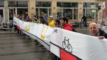 Auf dem Banner der Straßenverlauf, wie ihn sich die Fahrrad-Lobbyisten wünschen.