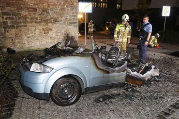 Alter Audi brannte in der Neustadt - Polizei ermittelt wegen Brandstiftung - Foto: R. Halkasch
