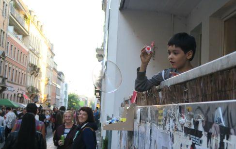 Seifenblasen vom Balkon