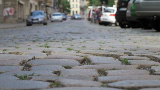 Tschüss Großkopf-Pflaster. Die Straße wird asphaltiert, die Parkstreifen gepflastert.