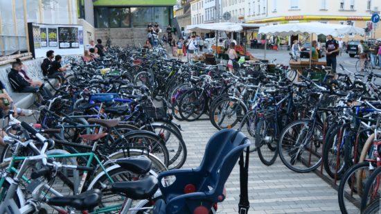 Grob gezählt: 300 Fahrräder (inklusive einem Tandem) standen gestern vor der Scheune.