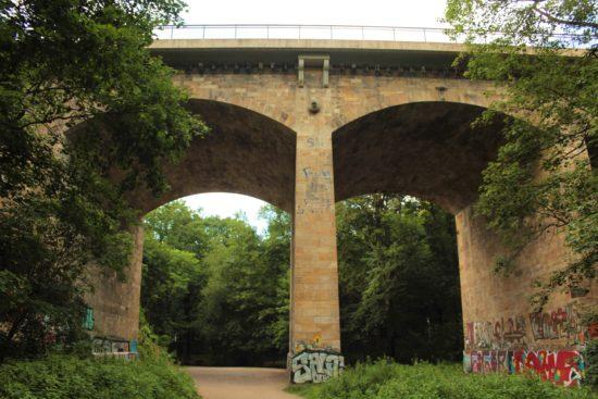 Die Prießnitzbrücke überquert das Tal in 24 Metern Höhe.