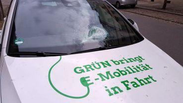Eingeschlagene Frontscheibe - Foto: Facebook-Site von Stephan Kühn