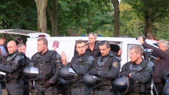 Polizeikette vor AfD-Rednerin