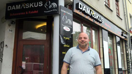 Younnes Ammard vor seinem neuen Laden auf der Alaunstraße