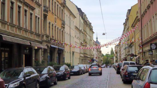 Wimpel wehen über der Louisenstraße