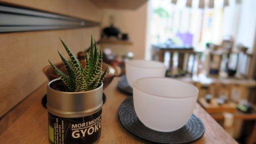 Neben Tee gibt es auch das passende Zubehör, wie Teegläser...
