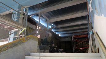 Der Fußboden für den neuen Saal auf dem Dach liegt schon, die Treppe kann man auch schon erahnen.