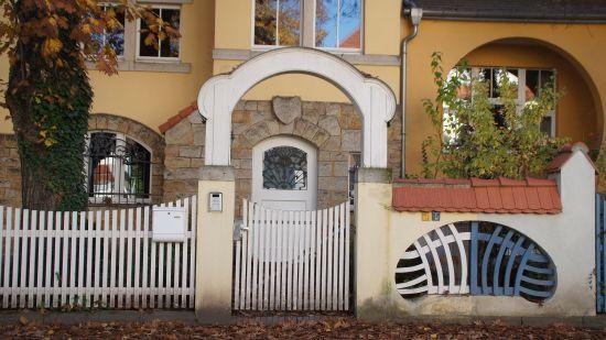 Schmucke Tore auf der Bettinastraße