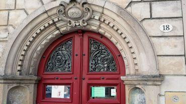 Durch diese Tür geht's zum Advenster am Donnerstag.