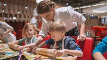Initiatorin Corinna Hagen beim Ausrollen des Teiges mit den teilnehmenden Kindern - Foto: PR/Denise Kamps