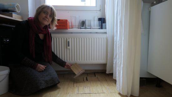 Marí Emily Bohley zeigt den Wasserschaden in ihrem Atelier.