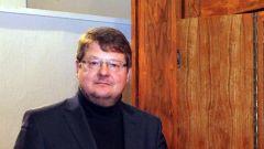 Kirchenmusiker Stephan Seltmann an der Schuke Orgel