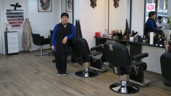 Hoa Nguyen in ihrem nigelnagelneuen Salon auf der Alaunstraße