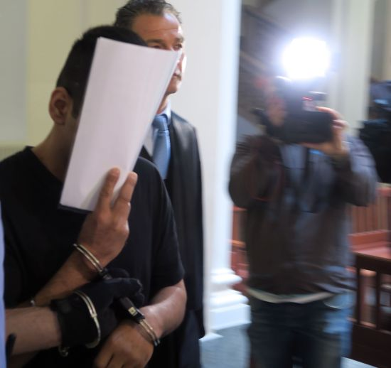 Der Angeklagter wurde in Handschellen vorgeführt.