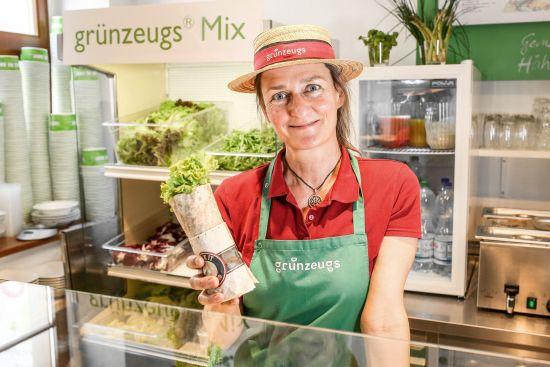 Grünzeugs-Chefin Christine Langhammer mit frischem Wrap.
