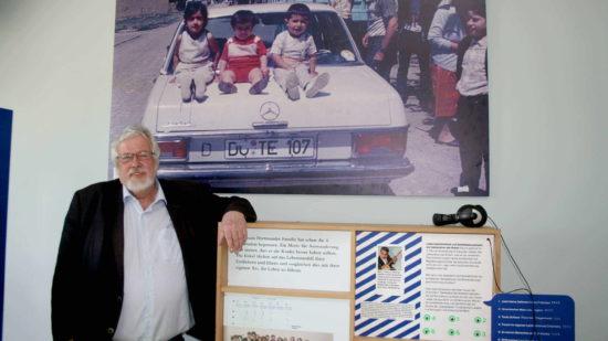 Der Initiator der Ausstellung Wilfried Kruse mit seinem Lieblingsbild.