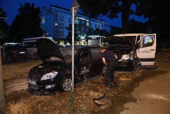 Ausgebrannte Autos an der Stauffenbergallee - Fotos: Roland Halkasch