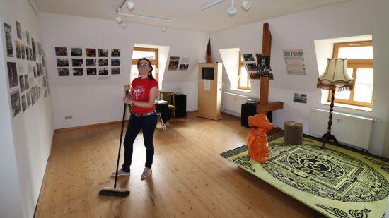 Museumsdirektorin Anett Lentwoijt schwingt den Besen, damit die Ausstellung glänzt.