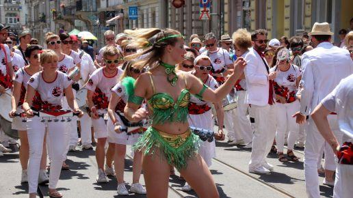 Die Abschlussparade der Sambatrommler und -Tänzer am Sonntag.