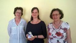 Cornelia Hofmann (li.) und Rosemarie Scobel (re.) von der Freimaurerinnenloge Momentum übergaben 1.000 Euro an Janett Schmiedgen vom Medea. Foto: PR