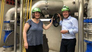 Umweltbürgermeisterin Eva Jähnigen (Grüne) und Ralf Strothteicher, Technischer Geschäftsführer der Stadtenwässerung im neuen Abwasserpumpwerk. Foto: Radio Dresden