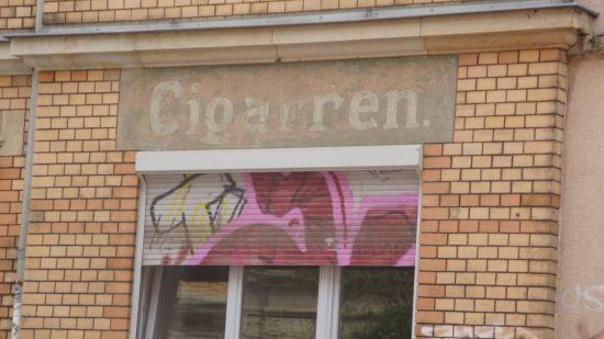 Alter Schriftzug über dem Fenster der Tierarztpraxis Goristanov-Beyer