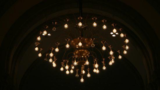 Auch die Kronleuchter der Kirche leuchten wie Sterne auf den Chor.