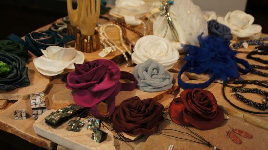 Accessoires wie Ansteckblüten entstehen in Tatjana Löwens Werkstatt