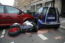 Motorrad und Minivan stießen zusammen, der parkende Smart wurde ebenfalls beschädigt. Foto: Ronald Halkasch