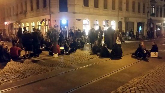 Feministische Platzbesetzung an der schiefen Ecke. Foto: Gehilfe Oph