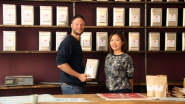 Jetzt in der Martin-Luther-Straße: Teeverkäufer Jonas Schindler und Qingyang Cao