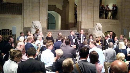 Die Ministerriege in der großen Kuppelhalle.