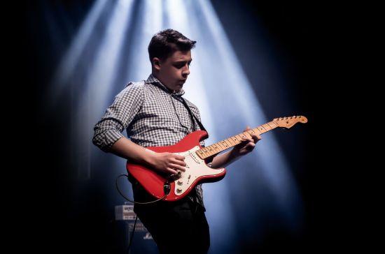Auf seiner Solotour wird Julian mit Akustikgitarre zu erleben sein