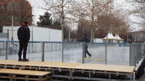 Der Aufbau der Eisbahn. Die Kälte kommt gelegen.