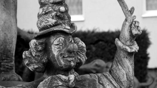Die Statue eines Clowns am Zirkusbrunnen auf dem Carolaplatz